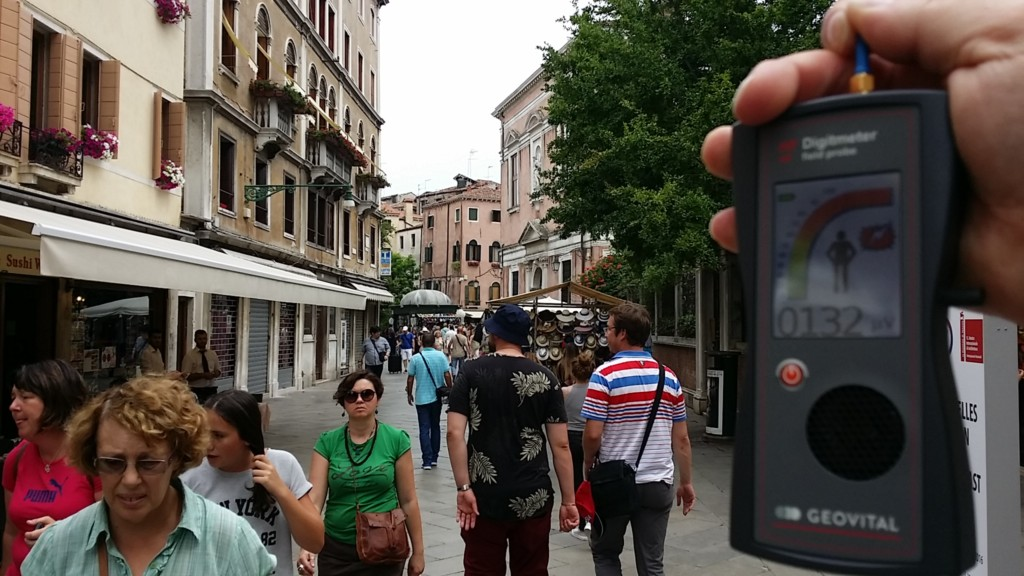 RF EMF radiation levels on Nova street, Cannaregio Venice 30100 - Photo by Patrick van der Burght